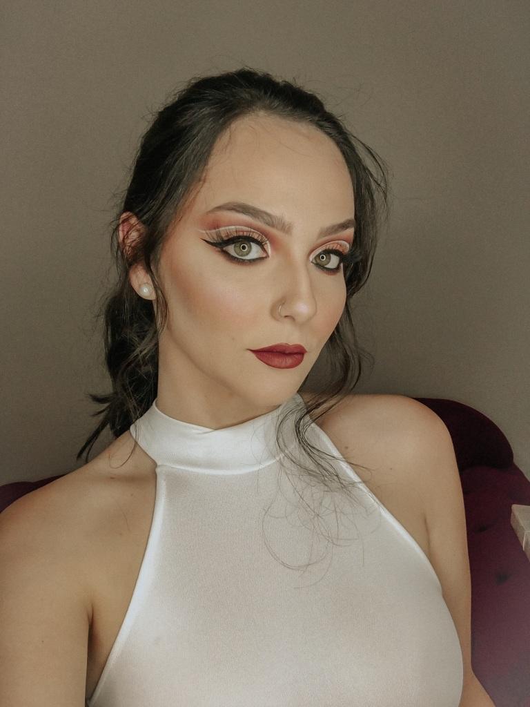 Grávida, Karina Bacchi tem dia de modelo em São Paulo